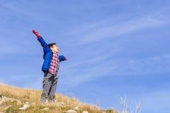 Мальчик счастливый на холме Стоковое Фото