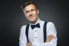 мальчик счастливый Портрет крупного плана красивый усмехаться подростка изолированный на серой предпосылке Стоковое фото RF