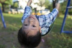 Мальчик счастливый с играть качание Стоковое Изображение RF