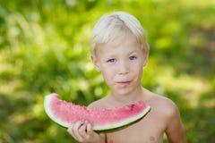 Мальчик с арбузом Стоковые Фотографии RF
