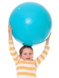 Мальчик с большим шариком стоковые фотографии rf
