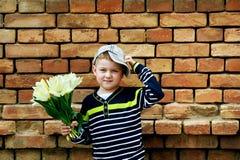 Мальчик с букетом желтых тюльпанов Стоковые Изображения RF