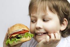 Мальчик с бургером стоковые фотографии rf