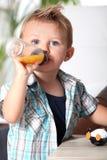 Мальчик с бутылкой младенца стоковая фотография