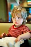 Мальчик с блюдом Стоковые Фото