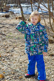 Мальчик с ветвью в руках стоковые фото