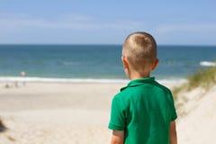 Мальчик с взглядом панорамы пляжа Северного моря Стоковое Изображение RF