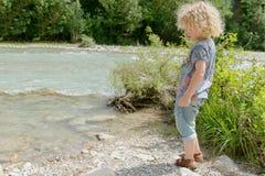 Мальчик с вьющиеся волосы стоковое изображение