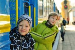 Мальчик с девушкой на платформе Стоковые Изображения
