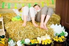 Мальчик с девушкой на сене с цыплятами Стоковое Изображение