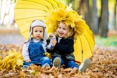Мальчик с девушкой под зонтиком от осени дождя Стоковое Изображение RF