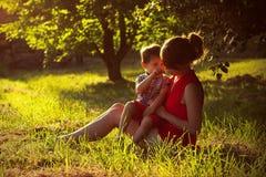 Мальчик с его матерью Стоковое Фото