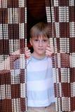 Мальчик с занавесом смертной казни через повешение стоковая фотография rf