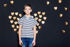 Мальчик с золотыми крылами сердца Стоковое фото RF