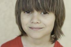 Мальчик с длинными челками Стоковое Изображение