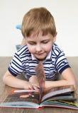 Мальчик с книгой Стоковая Фотография