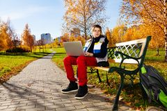 Мальчик с компьтер-книжкой снаружи Стоковое фото RF