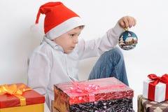 Мальчик с коробками подарка на рождество Стоковое Фото