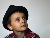 Мальчик с красной шотландкой Стоковые Изображения
