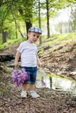 Мальчик с клеткой сирени и птицы на пруде Стоковое Фото