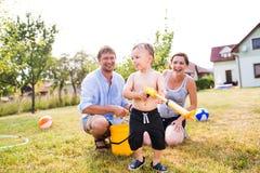 Мальчик с матерью и отцом после брызгать один другого Стоковое фото RF