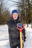 Мальчик с лопаткоулавливателем после падения снега. Стоковые Фото