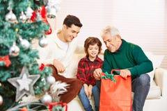 Мальчик с отцом и дедом на Стоковые Изображения