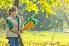 Мальчик с лошадью игрушки Стоковая Фотография