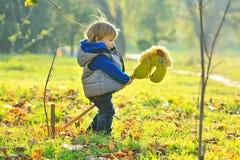 Мальчик с лошадью игрушки Стоковые Изображения