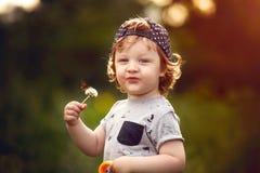 Мальчик с одуванчиком в руке Стоковые Фотографии RF