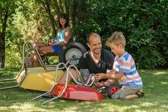 Мальчик с папой и тачкой Стоковое фото RF