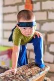 Мальчик с повязкой на его голове Стоковая Фотография RF