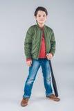 Мальчик с положением бейсбольной биты Стоковые Изображения RF