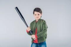 Мальчик с положением бейсбольной биты Стоковое Изображение RF