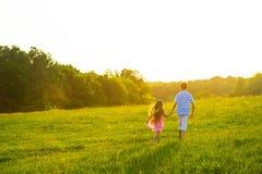 Мальчик с прогулкой девушки Стоковое Изображение