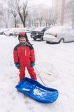 Мальчик с розвальнями bob Стоковая Фотография RF