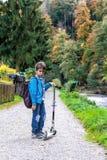 Мальчик с самокатом Стоковое Фото