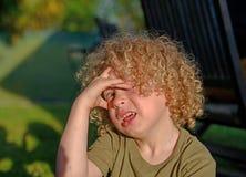 Мальчик с светлыми волосами и курчавое Стоковые Фото