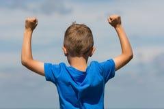 Мальчик с сжатыми кулаками Стоковое Фото