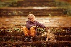 Мальчик с собакой Стоковые Изображения RF