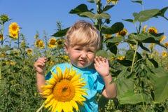 Мальчик с солнцецветом Стоковые Изображения