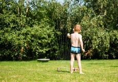 Мальчик с спрейером воды стоковое изображение rf