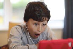 Мальчик с таблеткой компьютера Стоковые Изображения