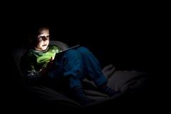Мальчик с таблеткой Стоковая Фотография RF