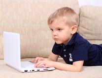 Мальчик с тетрадью Стоковые Изображения