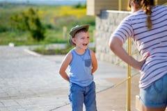 Мальчик с усиком мороженого смеясь над на матери Стоковая Фотография
