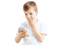 Мальчик слушает музыка и говорит на телефоне с белой предпосылкой Стоковое Изображение RF