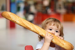 Мальчик с французским хлебом Стоковая Фотография