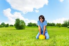 Мальчик с футбольным мячом Стоковые Фото