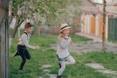 Мальчик с ходом девушки Стоковая Фотография